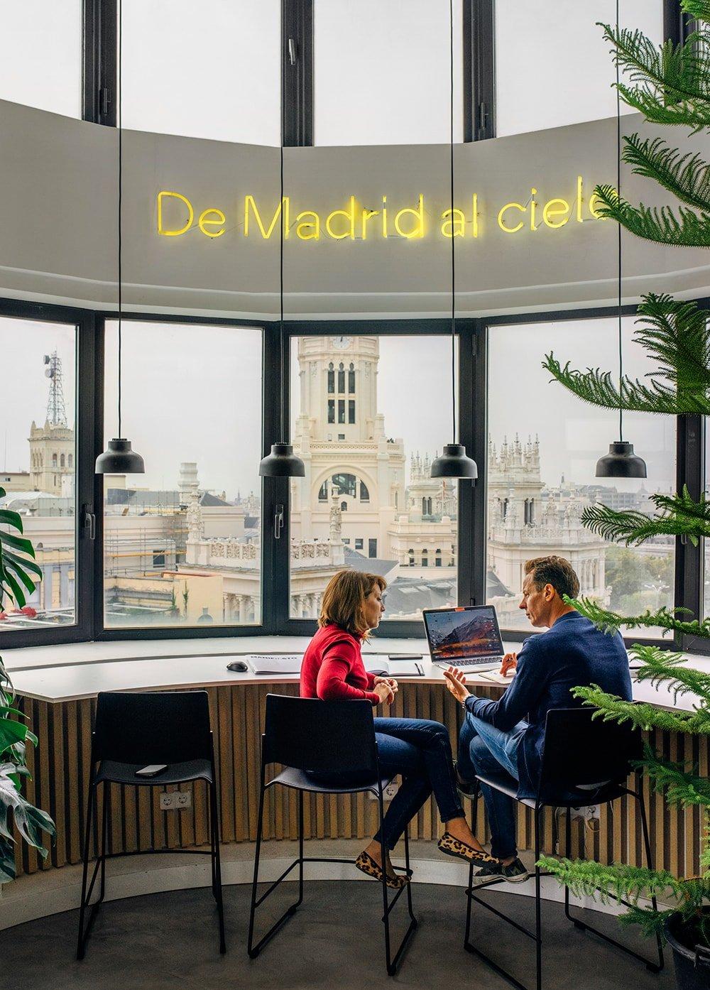 Elastiko proyecta la primera oficina Cloudworks en Madrid. El proyecto se organiza en torno al patio central del edificio lo que proporciona unas óptimas condiciones de luz natural.
