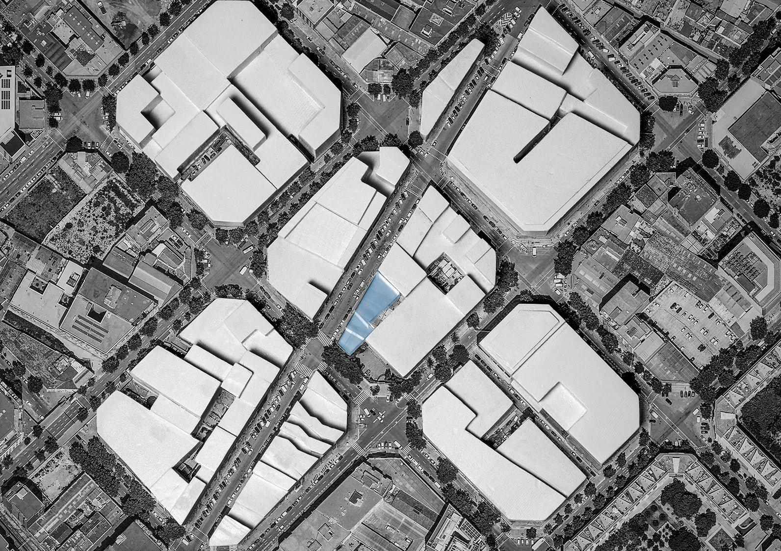 Mediante el escalonamiento del edificio se consigue una transición entre las dos manzanas enfrentadas, consiguiendo una mejor integración urbana del nuevo edificio.