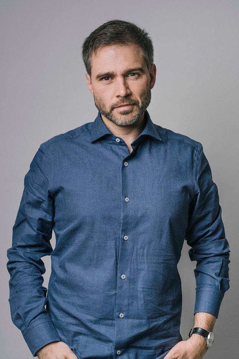 En 2017 Iker Alzola fundó Elastiko, estudio de arquitectura del cual es director.