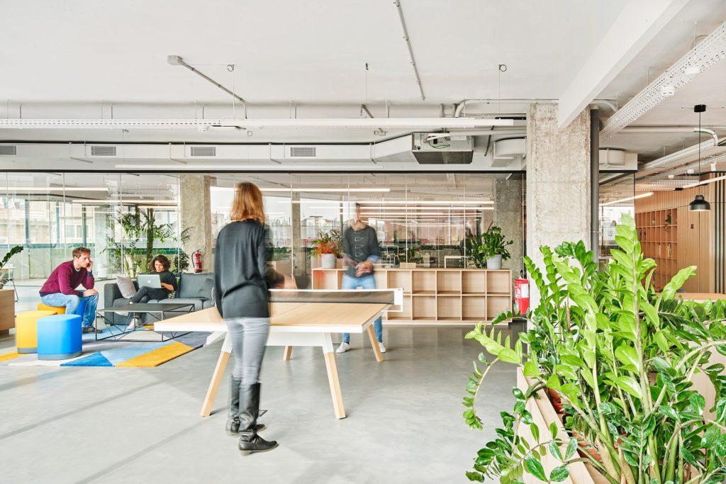 El pasillo central genera espacios intermedios de reunión, encuentro y descanso, lo cual dota de un alto dinamismo a todo el espacio.