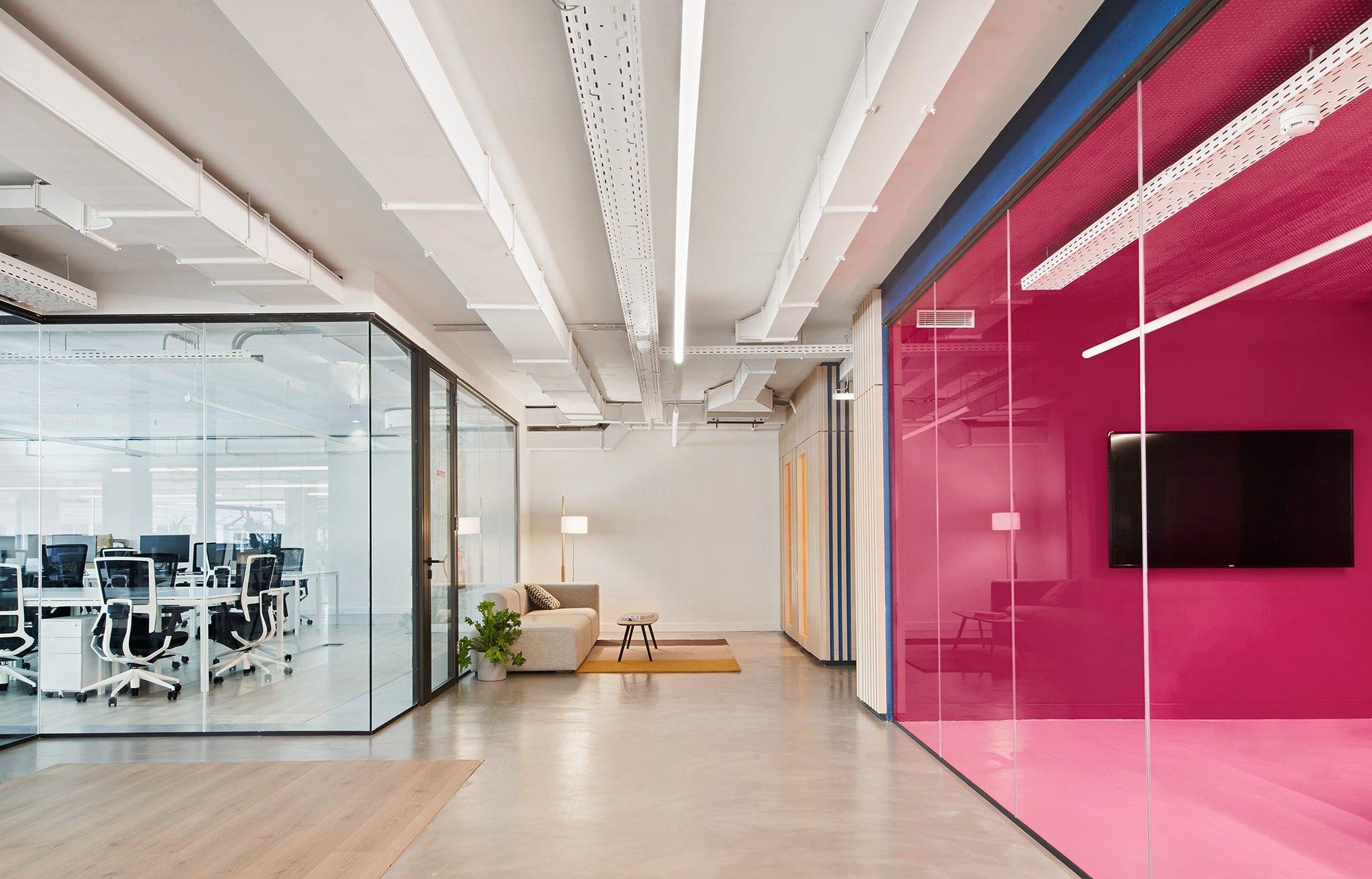 El uso de colores vibrantes es una manera de identificar y diferenciar los espacios funcionales, como meeting room o phone booth, contrastando con el blanco y la madera predominantes en el proyecto.