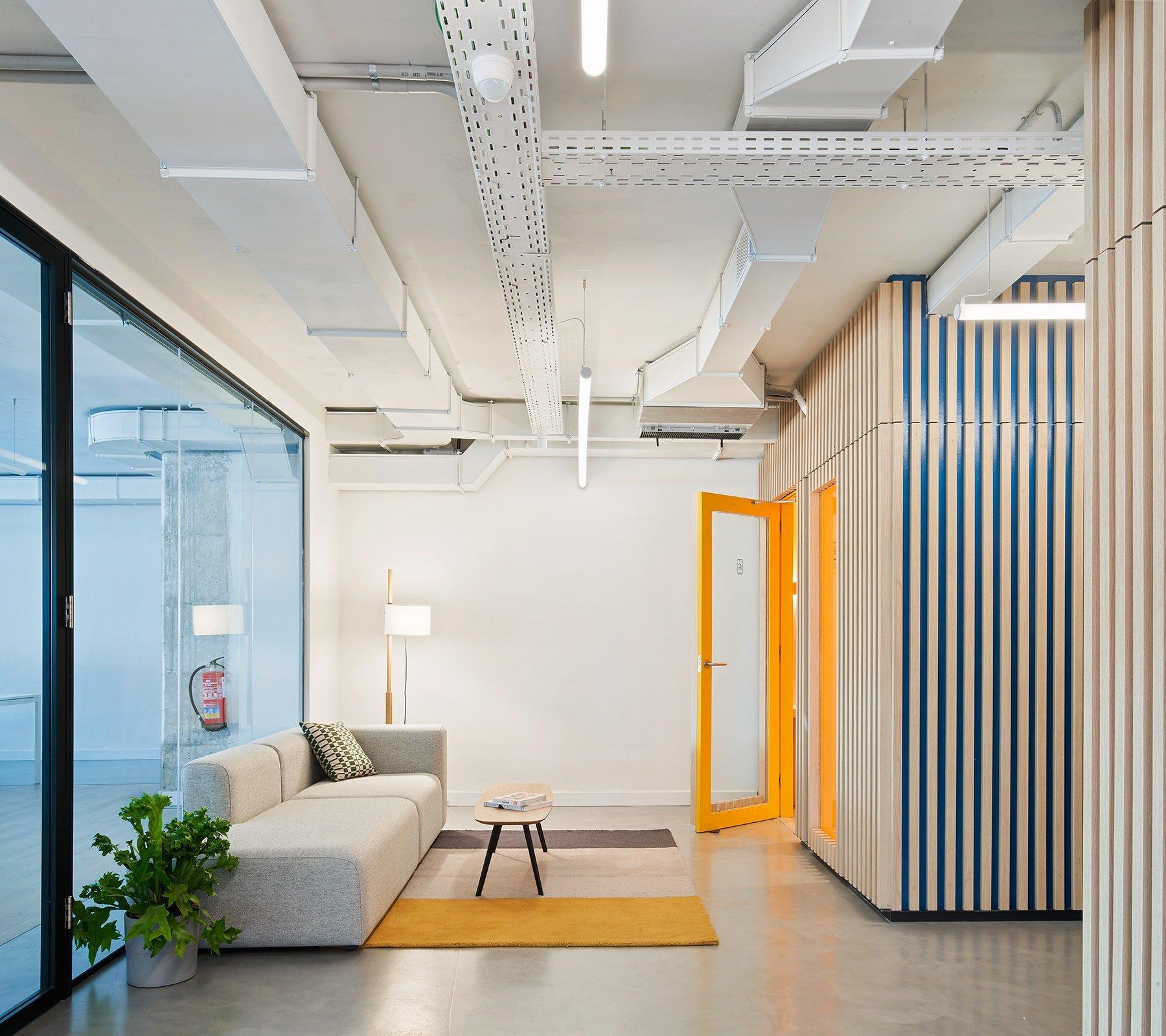 Los colores llamativos ayudan a identificar distintos espacios con distintas funciones, como por ejemplo el meeting room o el phone booth.