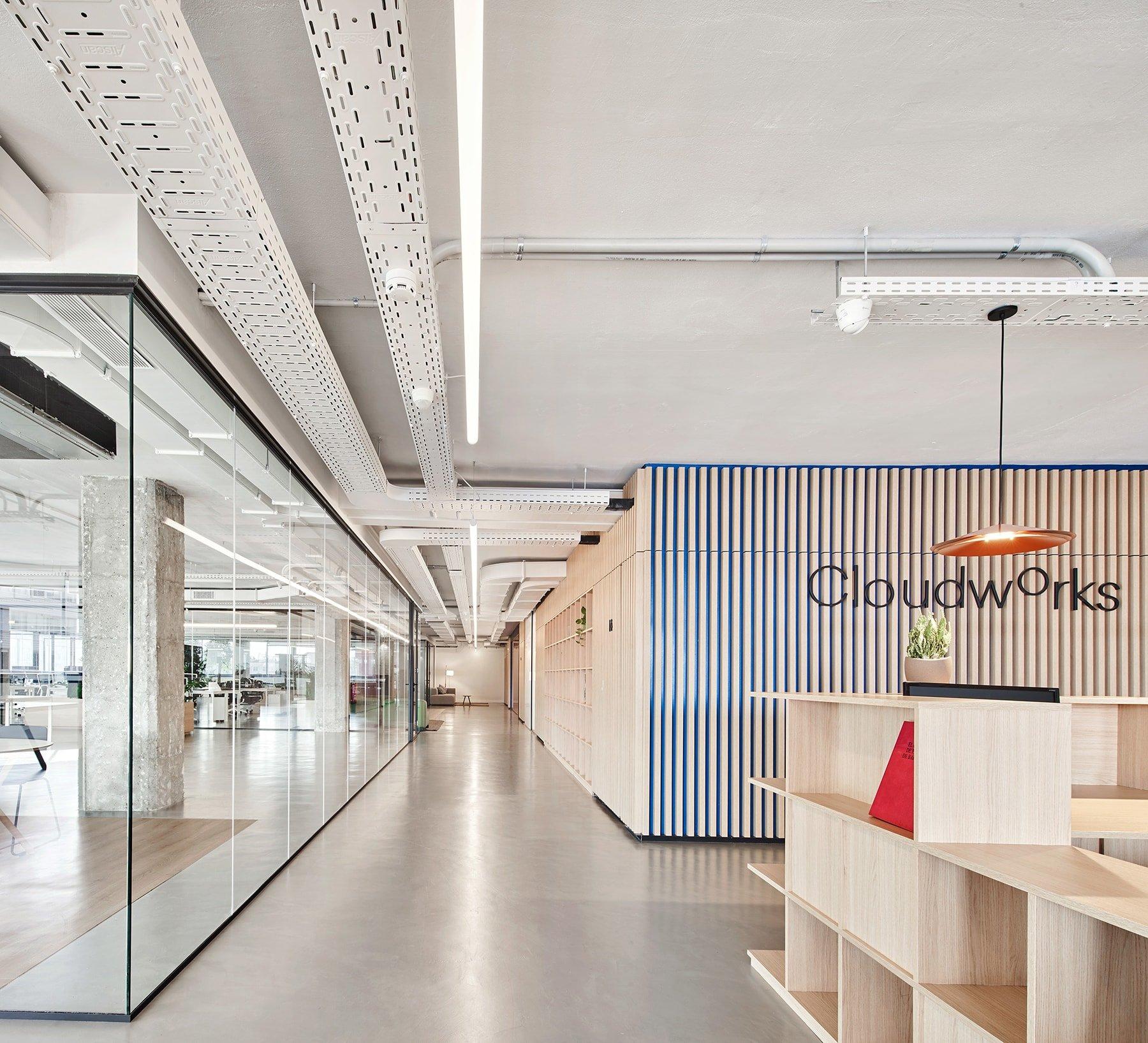 Startup Hub en Barcelona con gran amplitud y luminosidad.