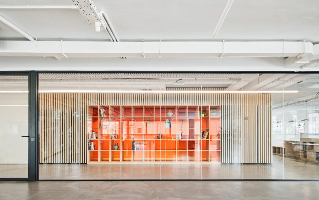 Un pasillo de gran anchura vertebra todo el espacio dando acceso a las oficinas y salas de reuniones.