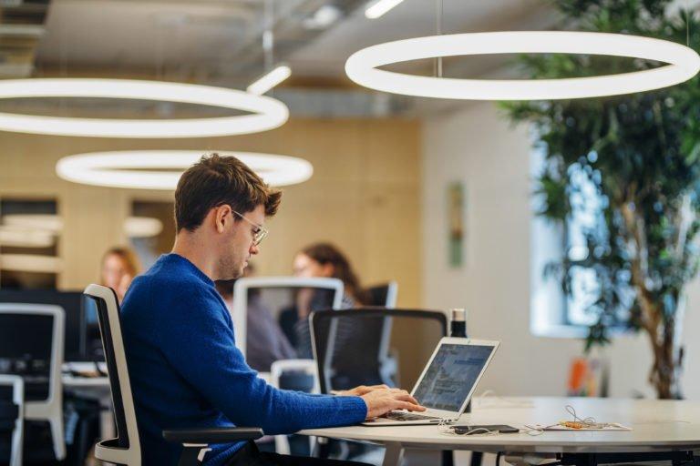 Trabajar en un coworking aporta beneficios como: augmento de la motivación, ahorro de dinero, aumento la comodidad y adaptación, etc.